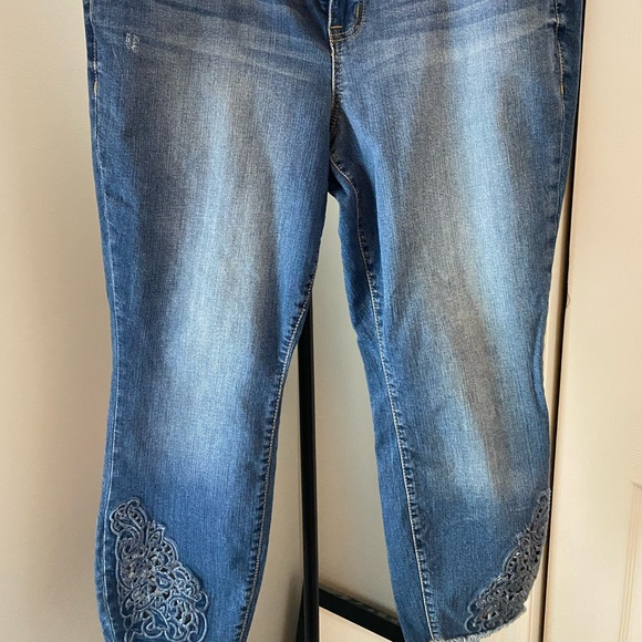 Torrid cropped skinny jeans sz 16 embroidered leg